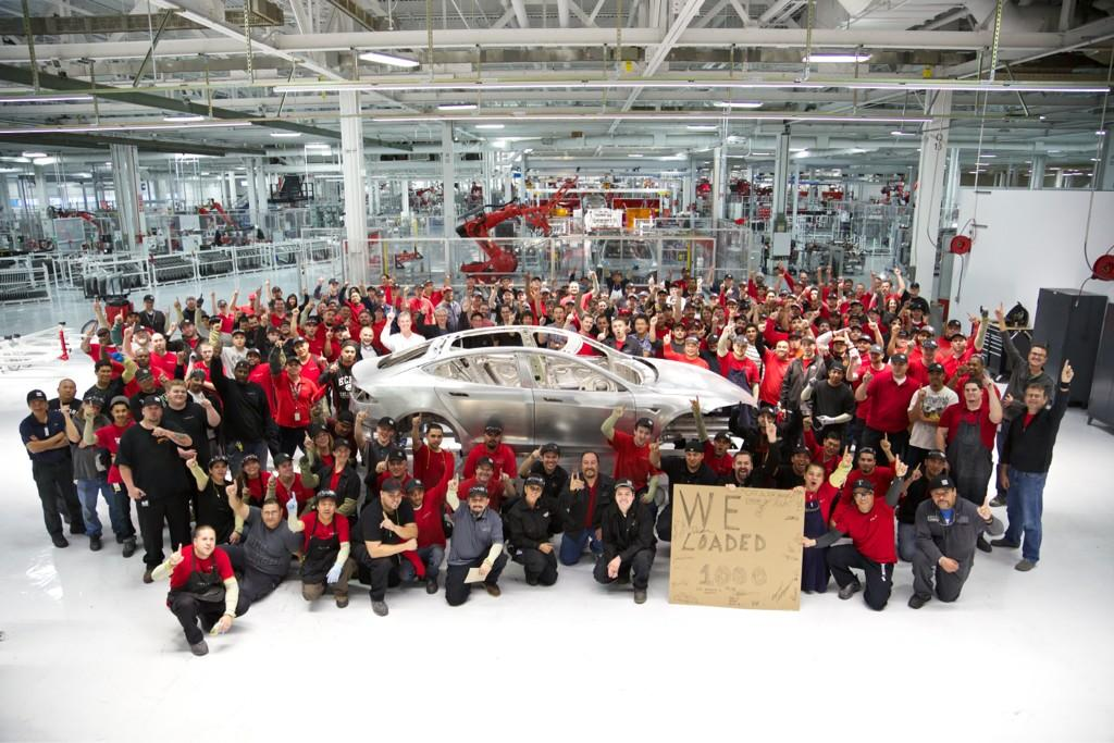 Общая фотография сотрудников компании Tesla Motors во время сборки тысячного автомобиля.