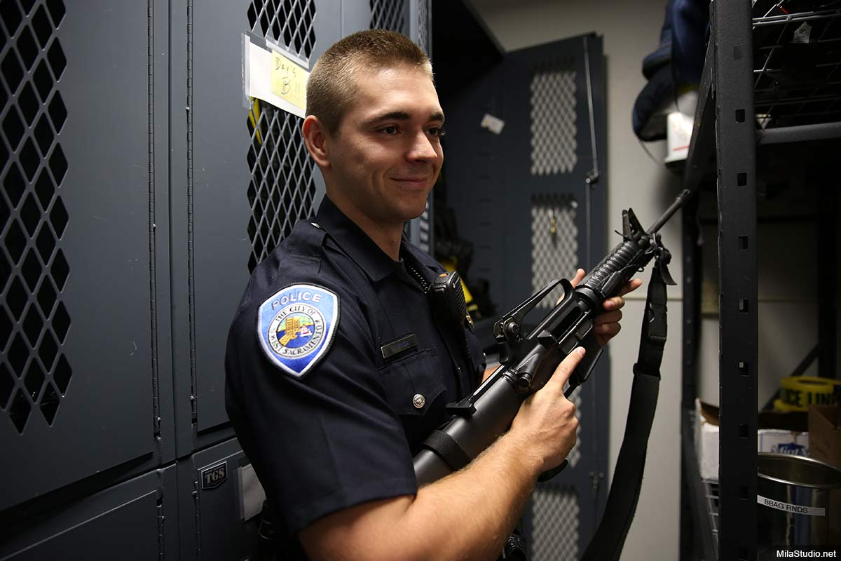 police-officer-riffle