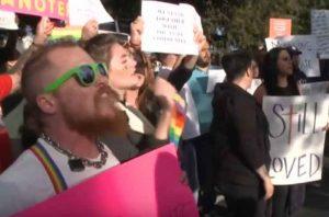 Сторонники погибших гомосексуалистов пикетируют церковь в Сакраменто