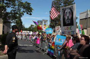Калифорнийские геи взяли в осаду баптистскую церковь