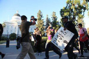 """В Сакраменто """"белого"""" демонстранта задержали из-за """"чёрных"""""""